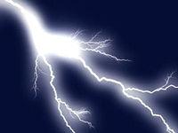 grelle Blitze am Nachthimmel