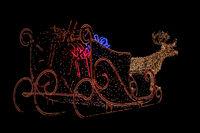 Schlitten und Rentier als Weihnachtsbeleuchtung im Freien