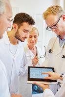 Gruppe Ärzte schaut auf EKG