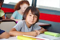Junge in Klassenzimmer einer Grundschule