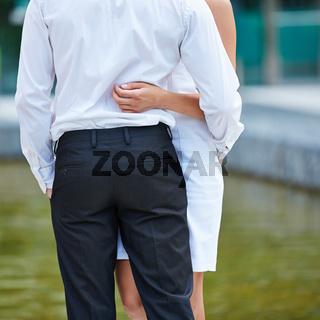 Paar von hinten bei einer Umarmung