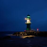 Leuchtturm an der Küste von Warnemünde