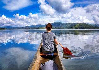 Paddeln auf dem Kratersee Lake Bunyonyi, Uganda   Paddling at Lake Bunyonyi, Uganda