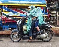 Auf dem Moped im Regen