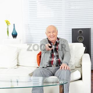 Mann mit Fernbedienung beim Fernsehen