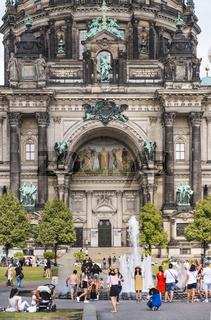 asiatische touristen posieren vor dem berliner dom
