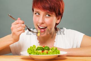 junge frau beim pasta essen