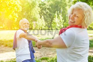 Paar Senioren tanzt glücklich im Garten