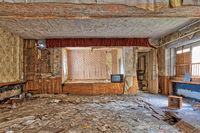 Lost Places leerer Raum mit Bühne