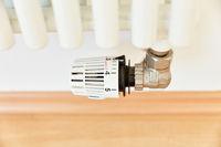Temperaturregler an Heizkörper einer Heizung an Wand