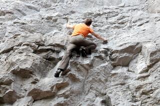 Person klettert an der Felsenwand