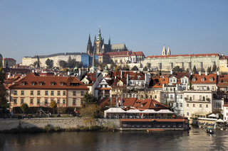 Moldauufer mit Prager Burg und St. Veitsdom, Prag, Boehmen, Tschechien, Europa