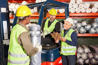 Lagerarbeiter im Teppichlager mit Gabelstapler