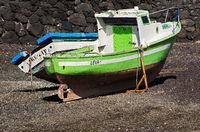 Fischerboot bei Ebbe auf Lanzarote