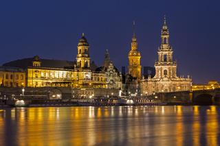 Blick über die Elbe zur Altstadt von Dresden am Abend, Sachsen, Deutschland, Europa