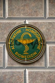 Homöopathisches Schild an der Alten Apotkeke, Füssen, Allgäu, Europa