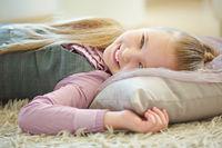 Mädchen liegt auf Kissen