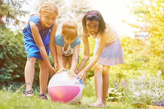 Mädchen spielen im Garten im Sommer