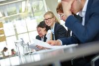 Anwältin bei Verhandlung im Konferenzraum
