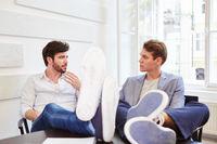 Zwei junge Geschäftsleute reden miteinander