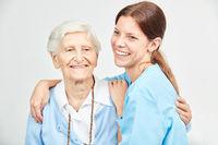 Pflegehilfe im Seniorenheim mit Seniorin
