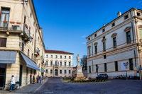 vicenza, italien - 19.03.2019 - piazza del castello mit garibaldi-denkmal