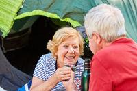Verliebtes Senioren Paar beim Kaffee trinken