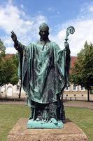 Bronzestatue des Bischofs Bernward von Hildesheim vor dem Hildesheimer Dom