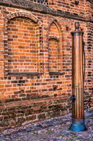 bernau bei berlin, deutschland - 30.04.2019 - historische stadtmauer mit wasserpumpe