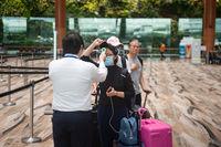 Singapur, Republik Singapur, Temperaturmessung von Passagieren vor dem Check-in am Flughafen Changi