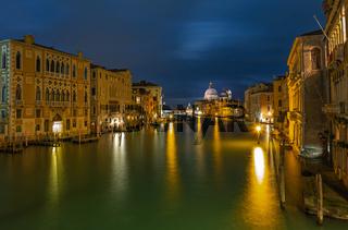 Canale Grande in Venedig bei Nacht von Accademia Bruecke