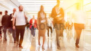 Anonyme Menschenmenge mit vielen Geschäftsleuten
