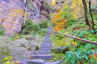 Aufstieg zum Pfaffenstein in der Saechsischen Schweiz im Herbst - Stairs to the Pfaffenstein in the Elbe sandstone mountains in autumn