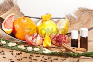 Bildkomposition mit Zitrusfrüchten Gewürzen und Granatapfelsamen