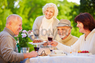 Gruppe Senioren feiert Geburtstag im Garten