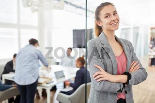 Lächelnde junge Frau als Business Trainee