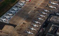 Flughafen Düsseldorf aus der Luft. Auf dem Vorfeld sind viele Flugzeuge geparkt