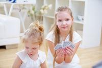 Kinder spielen mit Karten zu Hause