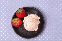 Kugel selbstgemachtes Erdbeereis mit Erdbeeren