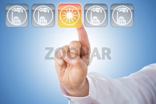 Finger aktiviert Icon für Solarenergie über Blau