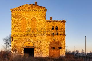 altes Schachtgebäude im letzten Sonnenlicht