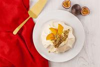 Cake pavlova with exotic fruit.