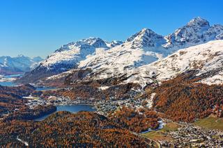 Blick über das Engadin in den Schweizer Alpen. Herbstlandschaft mit schneebedeckten Bergen, Wäldern, Seen