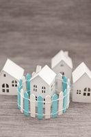 Kleines Haus mit grossem Zaun