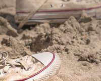 Turnschuhe am Strand