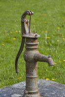 Schwengelbrunnen vor altem Bauernhaus