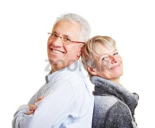 Paar Senioren lehnt sich aneinander an