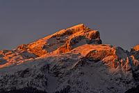 Erste Sonnenstrahlen am verschneiten Boeseekofel, Sellagruppe, Dolomiten, Südtirol, Italien
