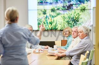 Referentin in einem VHS Kurs der Erwachsenenbildung über Naturschutz mit Senioren