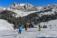 Skifahrer auf eine Skipiste im Skigebiet Alta Badia